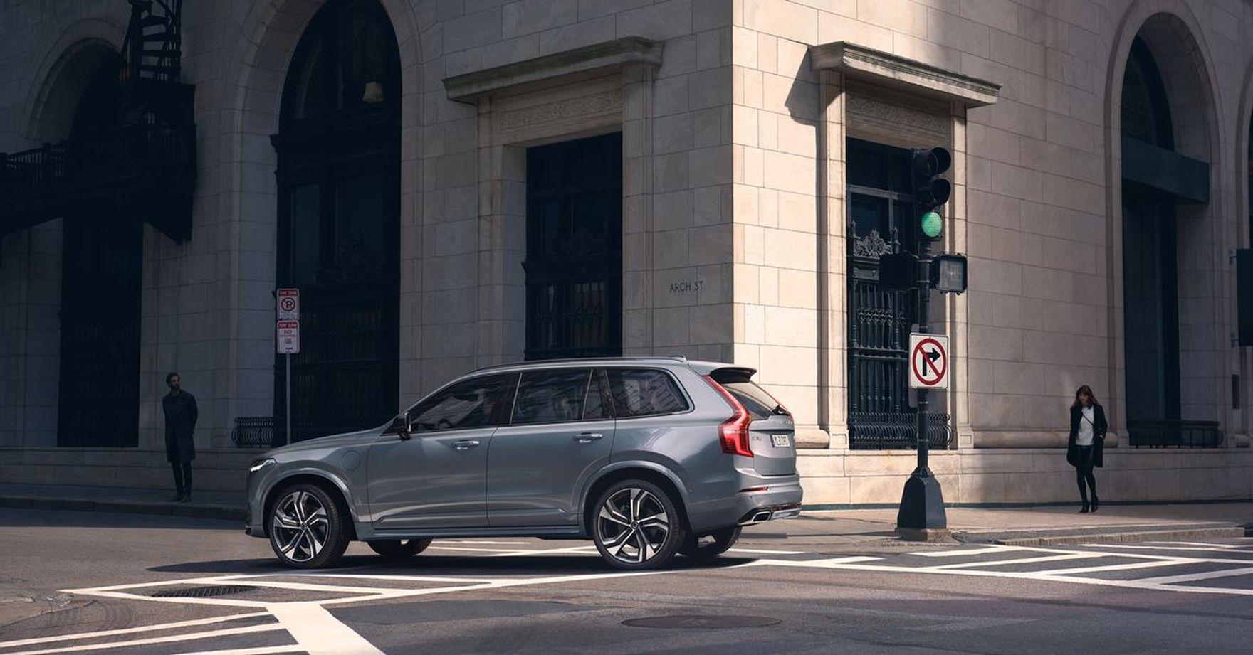 Przestronne, rodzinne, oszczędne i bezpieczne. Sprawdzamy co oferuje Volvo XC90