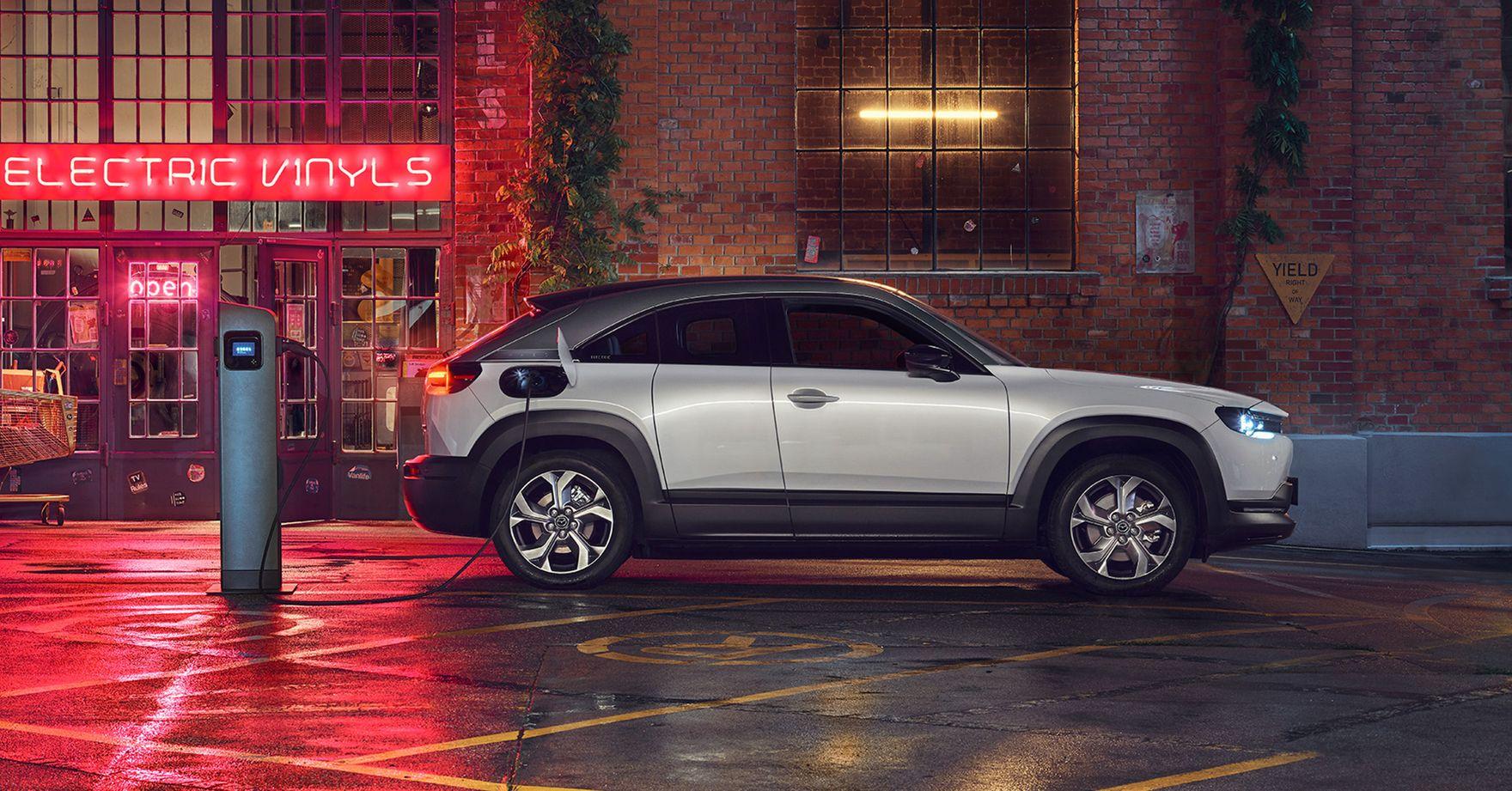 Elektryczna Mazda MX-30. Jej zalety najbardziej widać w mieście. Czym wyróżnia się ten model?