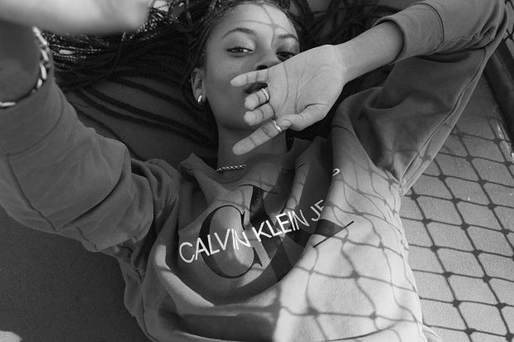 Te bluzy Calvin Klein uwielbiają Polki! Na wyprzedaży kupisz je nawet 200 zł taniej