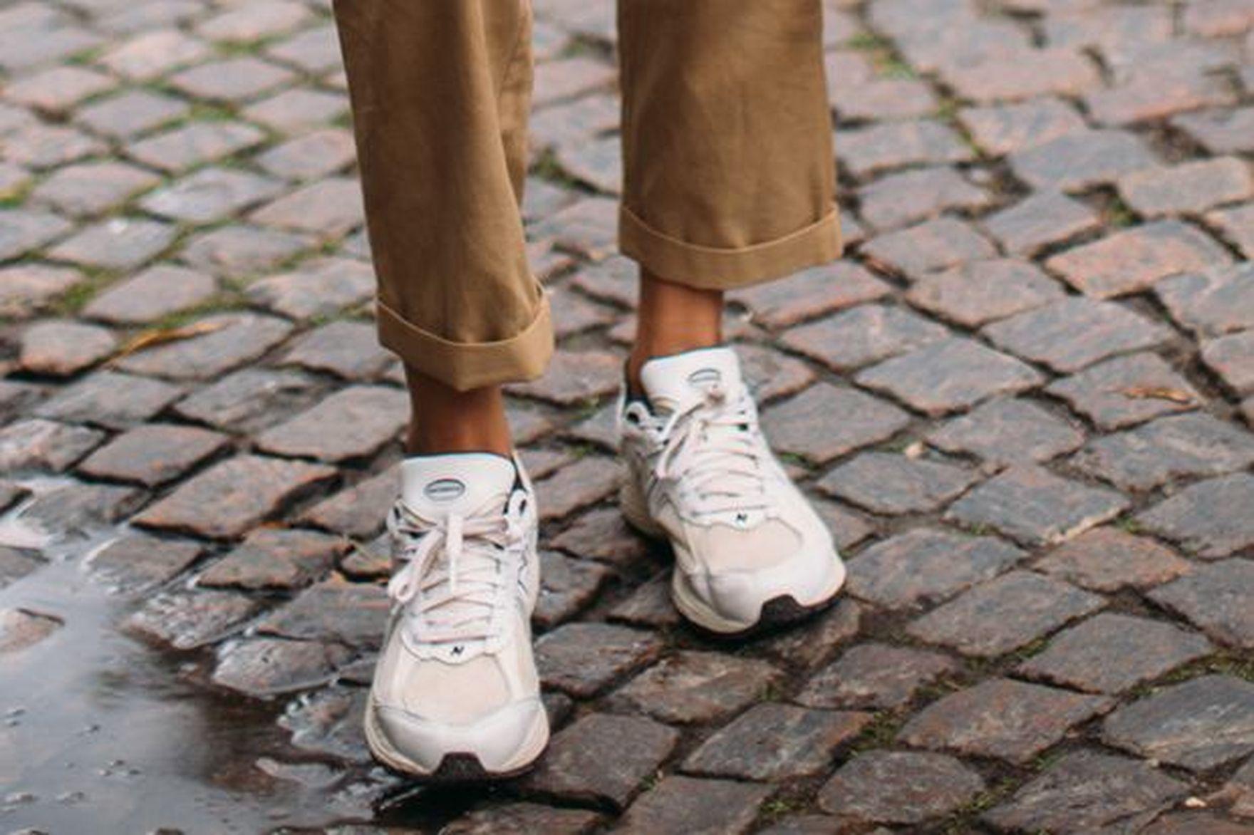 Polki oszalały na punkcie tych butów! Białe sneakersy z wyprzedaży przecenione aż o 75%