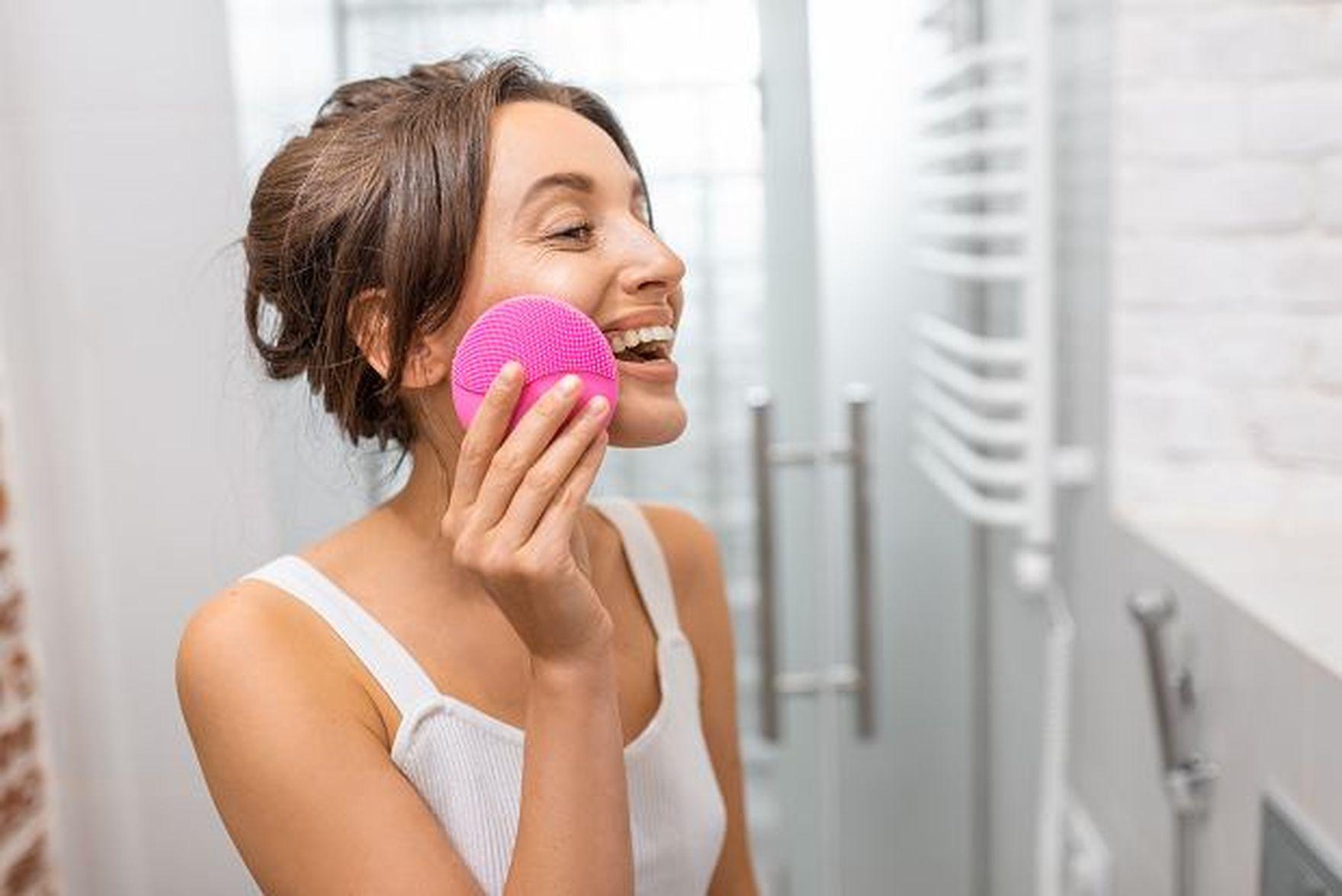 Szczoteczka soniczna do twarzy - ten gadżet nie tylko oczyszcza, ale także redukuje niedoskonałości i hamuje proces starzenia!
