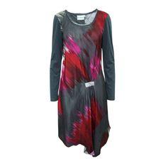 Sukienka z abstrakcyjnym nadrukiem