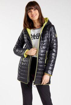 Pikowany płaszcz z kontrastującą podszewką