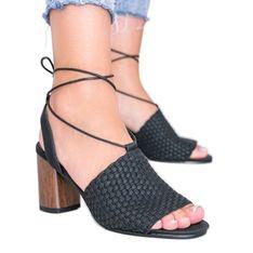 Czarne plecione sandały na słupku Estrella