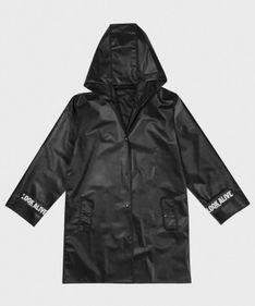 Czarny płaszcz przeciwdeszczowy