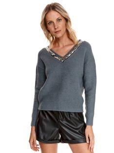 Sweter z dekoltem w serek i cekinową aplikacją