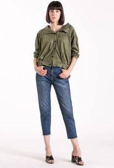 Spodnie jeansowe z poszarpanymi nogawkami