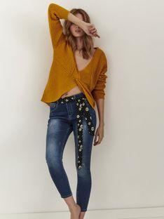 Sweter damski z dekoltem na plecach