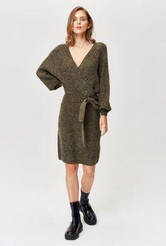 Swetrowa sukienka z dekoltem