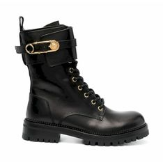 Buty z ozdobnymi sprzączkami