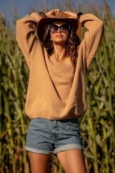 Wełniany Sweter V neck - Karmelowy