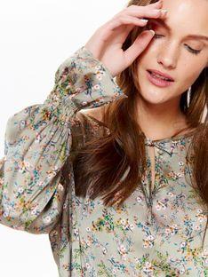 Bluzka damska satynowa w kwiatowy wzór, z ozdobnymi rękawami oraz falbaną na dole