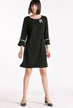 Prosta sukienka z ozdobną przypinką