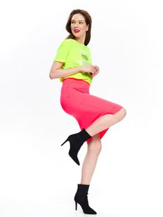 Ołówkowa spódnica w neonowym kolorze