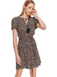 Sukienka w panterkę z wiązaniem w pasie