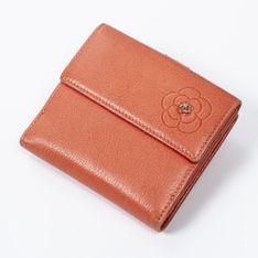 Mała kompaktowa klapka z wytłoczonym wzorem Camellia