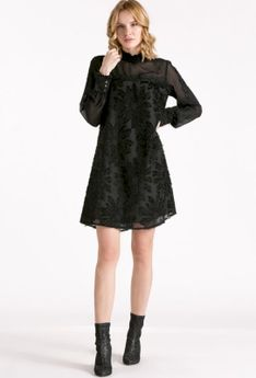 Sukienka ze stójką i oryginalnym wzorem
