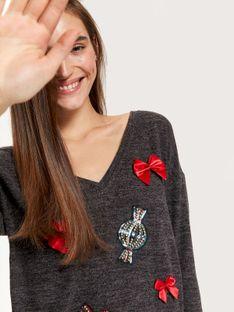 świąteczny sweter z ozdobną aplikacją