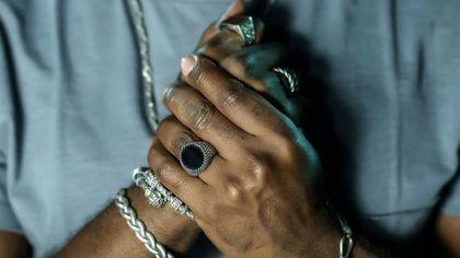 Męska biżuteria w przystępnej cenie - bransoletki i breloki, które pokochasz