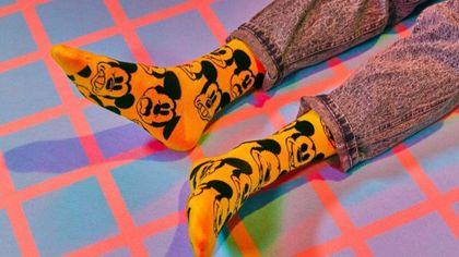 Kolorowe skarpetki we wzory to modny element stylizacji - mamy modele Happy Sokcs