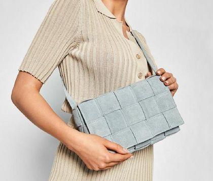 Te polskie skórzane torebki dyktują modowe trendy! Model w kolorze baby blue to HIT na wiosnę