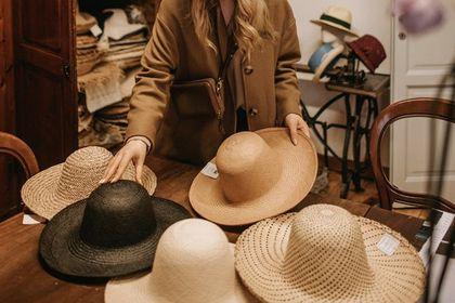 Niegdyś podstawowy element stroju, dzisiaj ekstrawagancja i odstępstwo od normy. Jak wygląda w Polsce rynek produkcji kapeluszy? [WYWIAD]