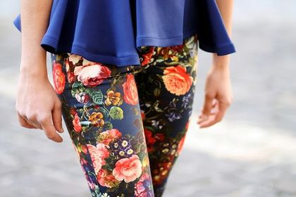 Spodnie w kwiaty - idealne na wiosnę i lato. Piękne modele w niskich cenach!