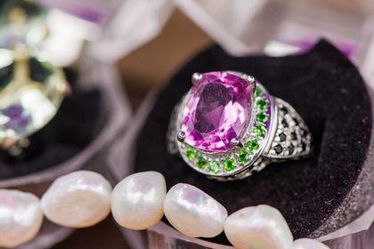 Tanie pierścionki z kamieniami naturalnymi Rabaty do 75%! Są efektowne, a mają ceny jak biżuteria z sieciówki