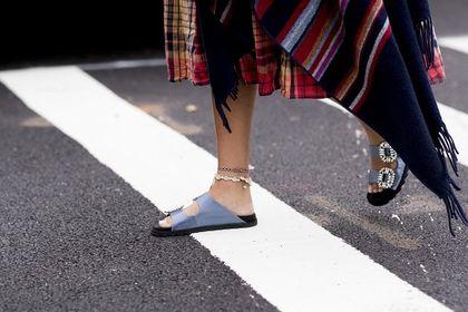To świetny moment, aby kupić letnie buty w niższej cenie. Postaw na klapki Pepe Jeans - te modele są niesamowite!