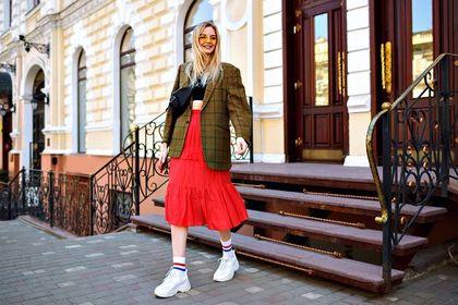 Modne sneakersy 2021 - zjawiskowe modele, które podkręcą twój wiosenny look!