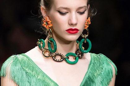 Trendy biżuteryjne na wiosnę 2021: delikatne perły i grube łańcuchy robią furorę