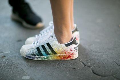 Wyprzedaż Adidas. O tych sneakersach marzy wiele kobiet. Są niezwykle modne i wygodne