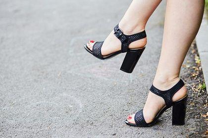 Czarne sandały na słupku - klasyczne i eleganckie. Podkręcą każdy look!