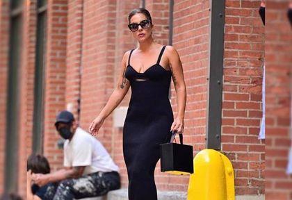 """Lady Gaga w sukience od polskiej projektantki! Piosenkarka zrobiła furorę w tej """"małej czarnej"""". Znamy cenę!"""