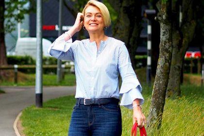 Eleganckie koszule dla kobiet po 50-tce! Ta w pionowe paski z falbankami wyszczupli i jest ponadczasowa!