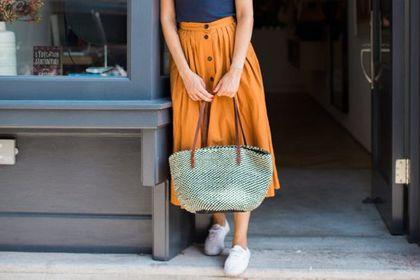 Ta modna spódnica wyszczupla biodra i brzuch. Jest wygodna i ponadczasowa. Model z guzikami to hit!