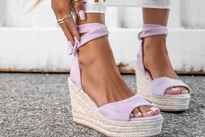 Te sandały są najmodniejsze w tym sezonie! Teraz kupisz je na dużej wyprzedaży!