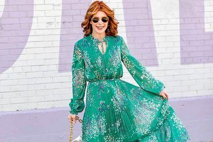 Te eleganckie sukienki w kwiaty to hit dla 50-latek. Skutecznie odmładzają i dodają uroku!