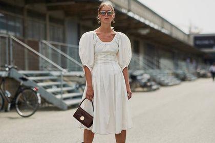 Sukienki z lnu sprawdzą się na letnie upały. Przewiewne, bezpieczne dla skóry i przecenione do 76%!