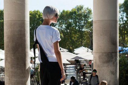 Biały t-shirt to ponadczasowy element każdej garderoby! To modele, które kupisz na dużej obniżce!