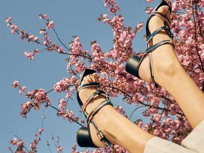 Torebki i buty tej marki to synonim jakości i dobrego smaku! Na punkcie tych sandałów oszalał Instagram
