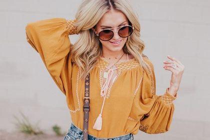 Lubisz niebanalne stylizacje? Postaw na bluzki boho. Są wyjątkowe, kobiece i bardzo modne!