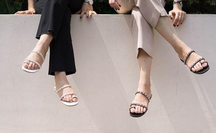 Ten rodzaj sandałów nigdy nie wychodzi z mody! Praktyczne modele idealne na lato