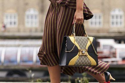 Sukienki we wzory dla kobiet po 50-tce, które odmładzają!