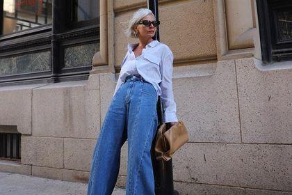 Stylowe kobiety po 50-tce kochają te jeansy. Zobacz najmodniejsze propozycje na wiosnę 2021. Kobiece i modne!