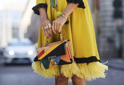 Te sukienki do pracy dla kobiet po 50. robią furorę na Instagramie. Model z koronkowym zdobieniem to nasz typ!