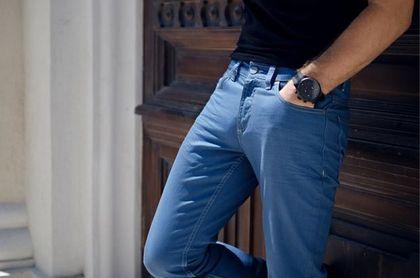 Ogromne rabaty na spodnie męskie na wiosnę! Chinosy w soczystych kolorach dorwiesz taniej nawet o 67%