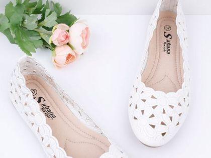 """Najlepsze buty na upały? To baleriny z tym modnym detalem! Są przewiewne i dają stopom """"oddychać"""""""