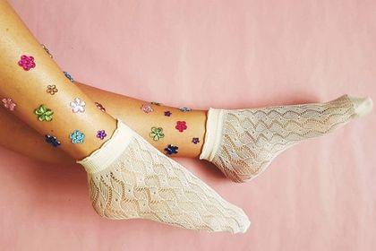 Te skarpetki na lato królują na Instagramie! Są niedrogie, a podkręcą każdą stylizację