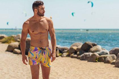 Męskie kąpielówki za mniej niż 30 złotych? Te modele we wzory to HIT na lato 2021!